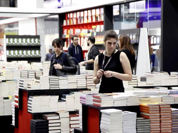 Un'immagine dell'edizione 2017 di Tempo di Libri, la prima, che si è svolta nei padiglioni di Fiera Milano Rho dal 19 al 23 aprile (Foto LaPresse)