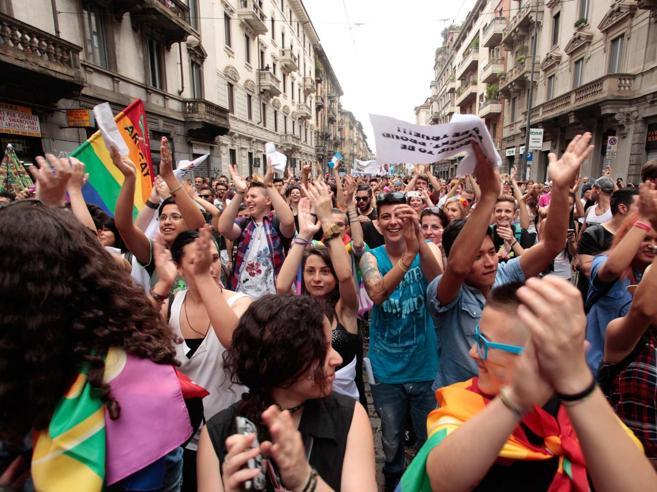 Milano,  Gay Pride blindato da 400 agenti: caccia a venditori abusivi