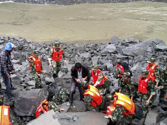 Cina, frana la montagna: sepolte vive oltre 140 persone Foto