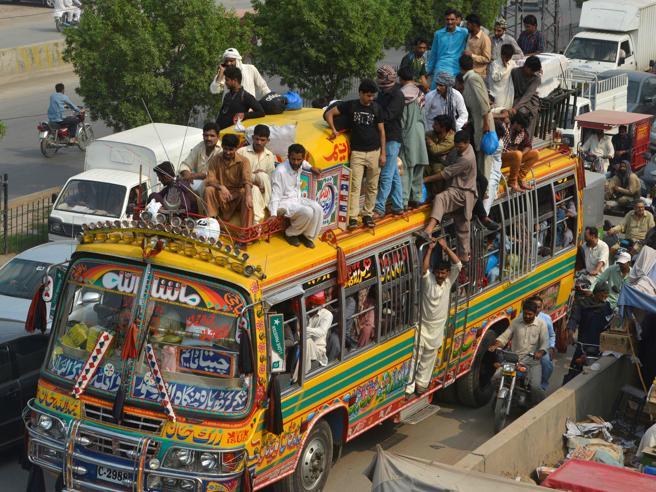 Dal Pakistan allo Yemen: la festa per la fine del Ramadan Le foto