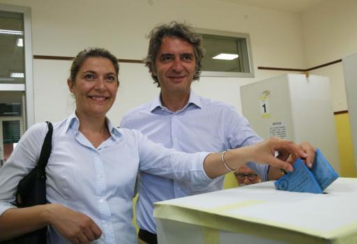 Il candidato del centrodestra Federico Sboarina con la moglie Alessandra Canova al voto