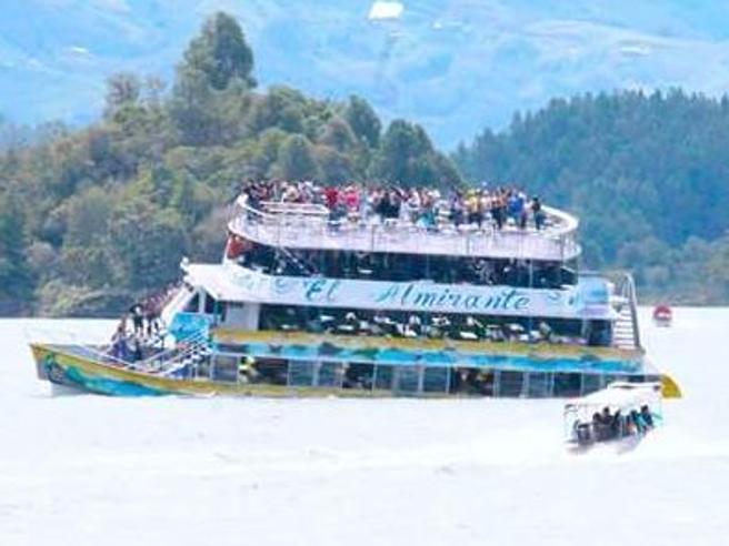 Colombia,   barca con 150 turisti   affonda, 6  vittime accertate Video