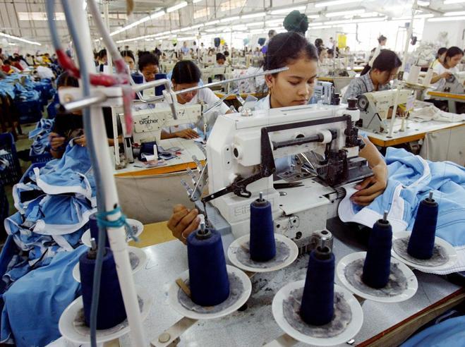 Cambogia, svenimenti delle operaie nelle fabbriche Nike e Asics