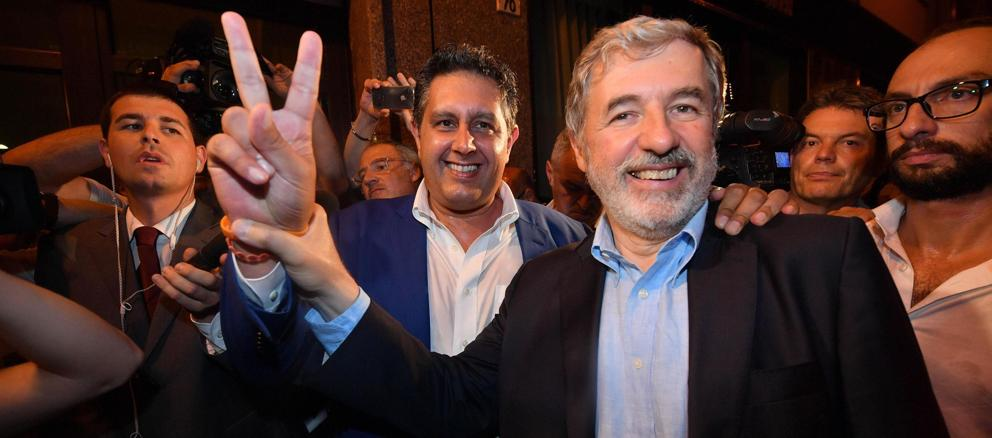 Marco Bucci, nuovo sindaco di Genova. Alle sue spalle il  «governatore» della Liguria Giovanni Toti (Ansa)