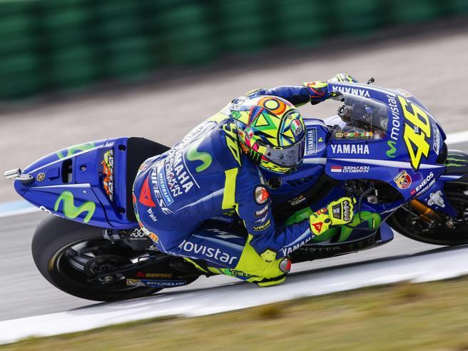 MotoGp, Rossi show ad Assen Valentino trionfa battendo  Petrucci, Marquez sul podio
