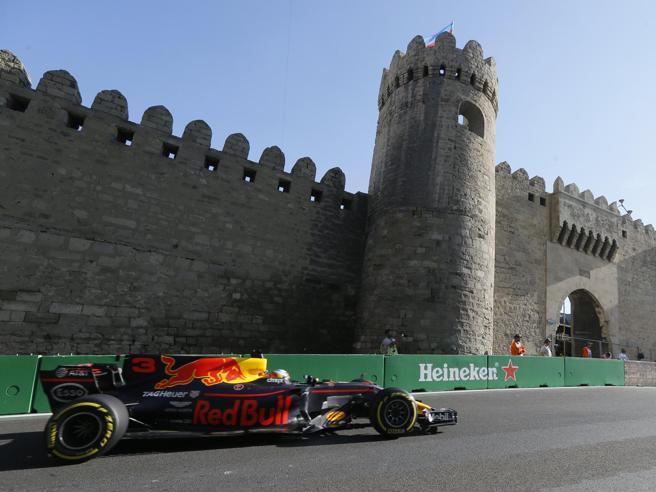 F1:  vince Ricciardo. Ma in pista è caos Vettel Hamilton VideoTamponamenti e gestacci: foto