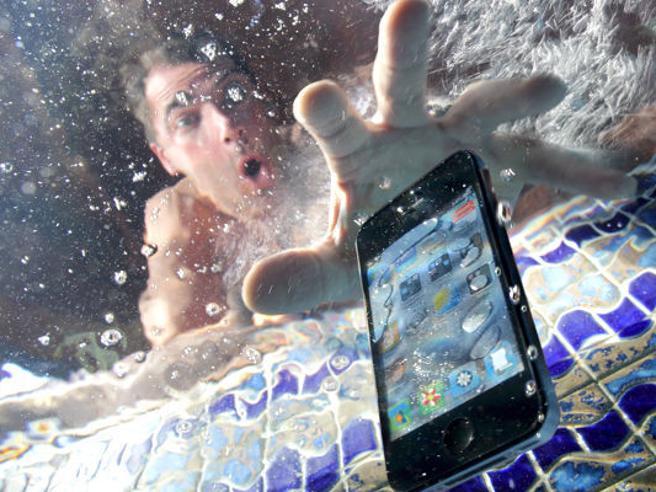 Vi è caduto lo smartphone in acqua? Come salvarlo in 7 passi