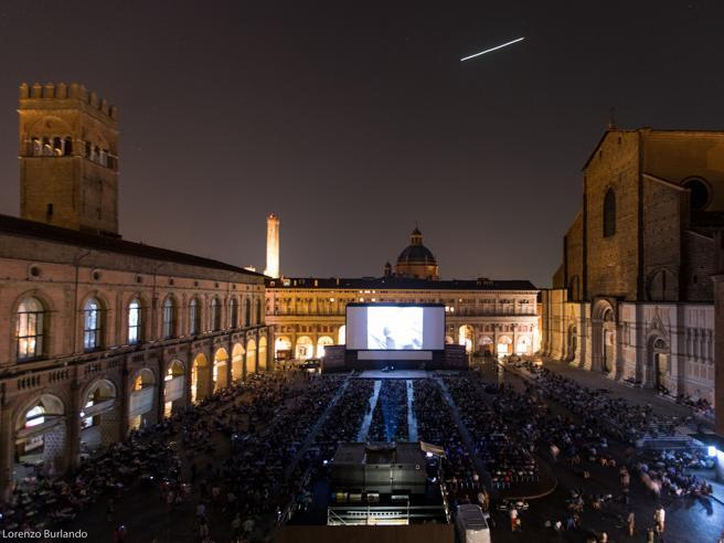 La bella stella cadente sopra il cinema all'aperto di Bologna