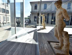 Due statue della mostra