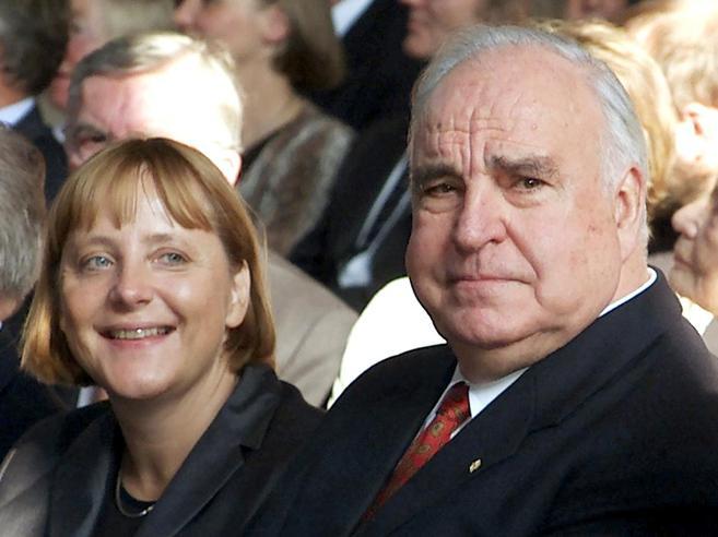 La vendetta (postuma) di KohlMa Merkel parlerà ai funerali