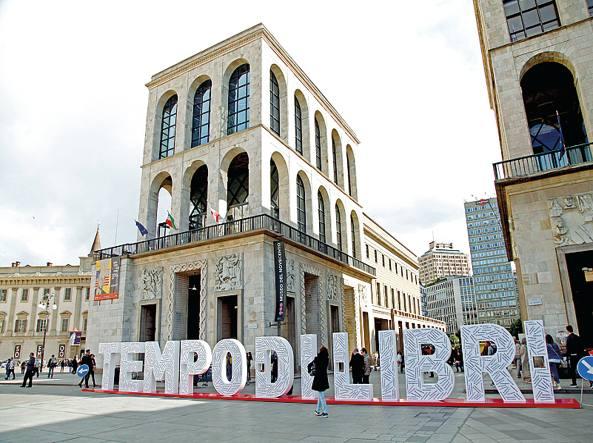 La scritta Tempo di Libri in piazza Duomo a Milano durante l'evento, lo scorso aprile. Prossima edizione dall'8 al 12 marzo 2018