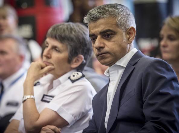 Il sindaco di Londra Sadiq Khan con il commissario capo Cressida Dick di Scotland Yard alla presentazione del piano anti armi da taglio denominato Knife Crime Strategy (Ap)