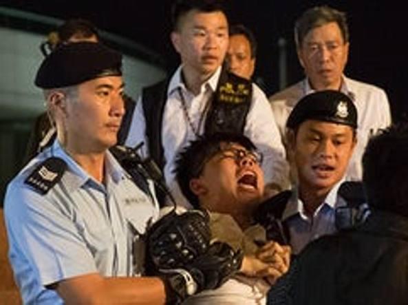 Xi Jinping ispeziona le truppe ad Hong Kong. Le proteste degli attivisti