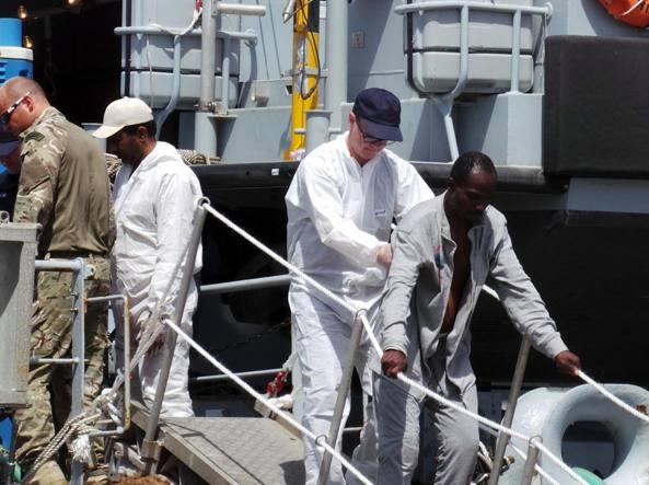 Migranti soccorsi a Brindisi nei giorni scorsi (Ansa)