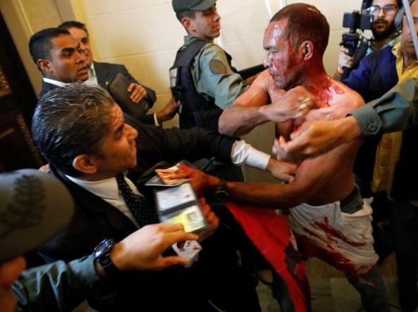 Venezuela, blitz dei sostenitori di Maduro in parlamento, 7 feriti