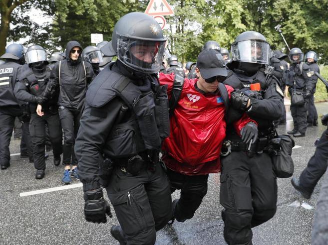 G20 Amburgo: nuovi scontri, manifestanti bloccano Melania Trump