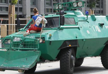 G20 amburgo nuovi scontri manifestanti bloccano melania - Agenzie immobiliari ad amburgo ...
