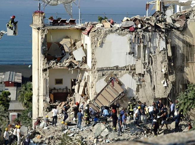 Crolla palazzina a Torre Annunziata: estratti 6 corpi, individuato settimoIl tecnico dei crolli travolto con i figli