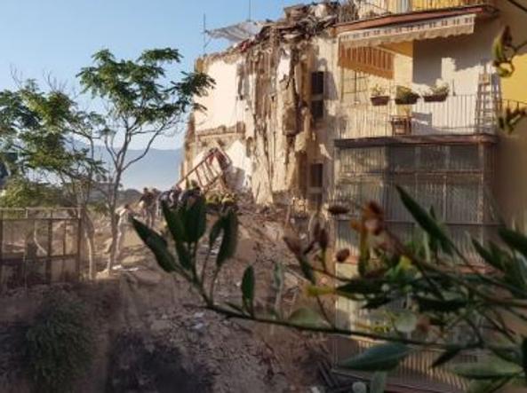 Crolla palazzina a torre annunziata ci sarebbero sette for Piani di cabina della torre di fuoco
