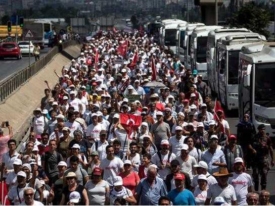Foto dal mondo del 9 luglio: in migliaia contro Erdogan in Turchia