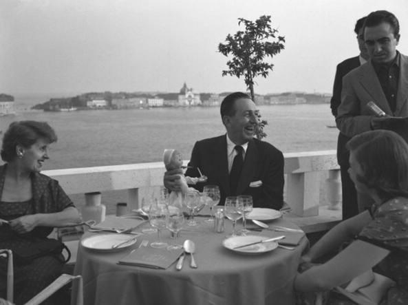 Walt Disney (al centro) all'Hotel Danieli di Venezia in una foto d'epoca