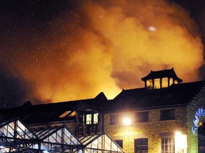 Londra: vasto incendio a Camden Market, Il video |Le immagini
