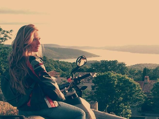 Lite in strada, insegue la moto  e la centra Muore ragazza di 27 anni|Chi era: foto