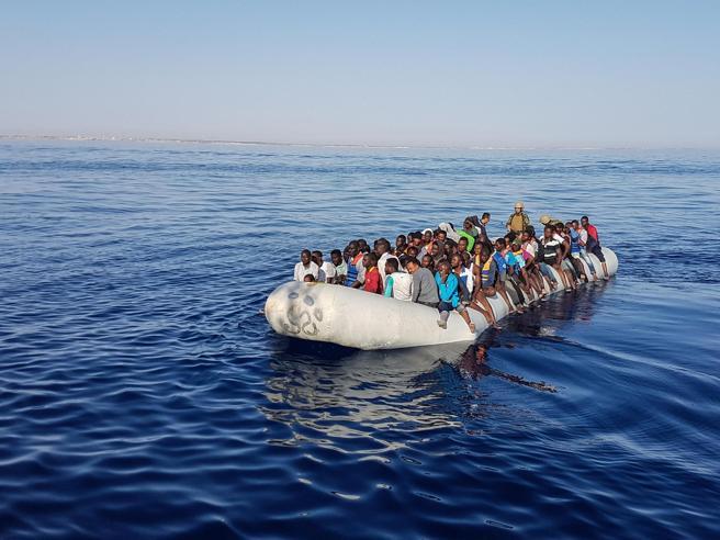 Migranti, mai così tanti in 6 mesiRenzi: aiuti dall'Ue o niente soldi Ong e porti, Minniti: nuove regole