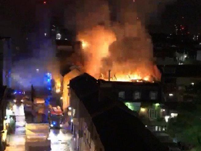 Londra: vasto incendio a Camden Market, terrore fra i residenti