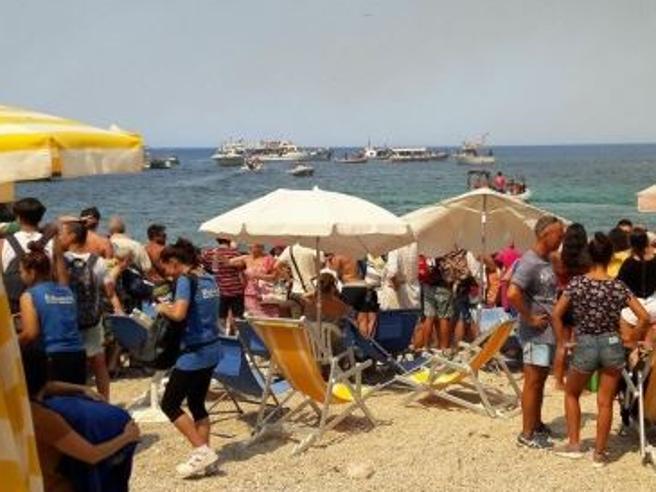 Trapani, fiamme vicino a villaggio a San Vito Lo Capo: turisti evacuati. Il sindaco: «Servono barche, è urgente»