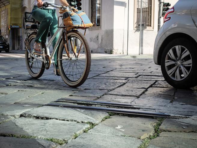 Bici a Milano,  ecco la mappa del rischio:  pavé e binari mortiI 6 tratti più pericolosi