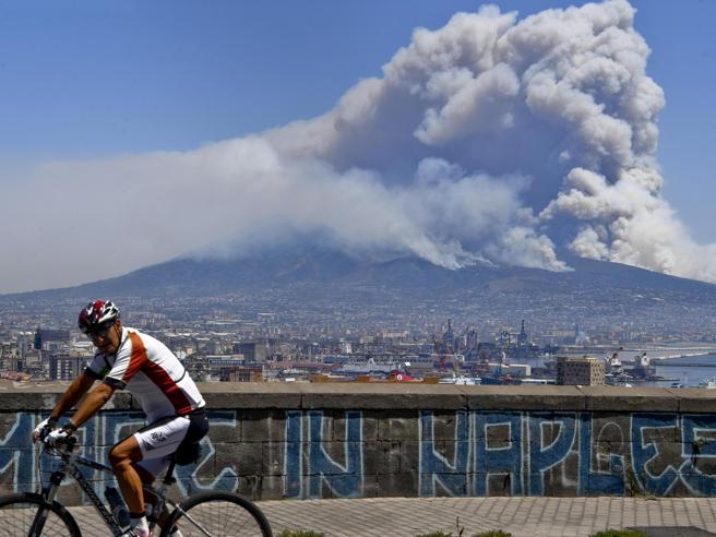 Incendi, a Matera evacuati 3 camping   Vesuvio, i roghi lambiscono le discariche