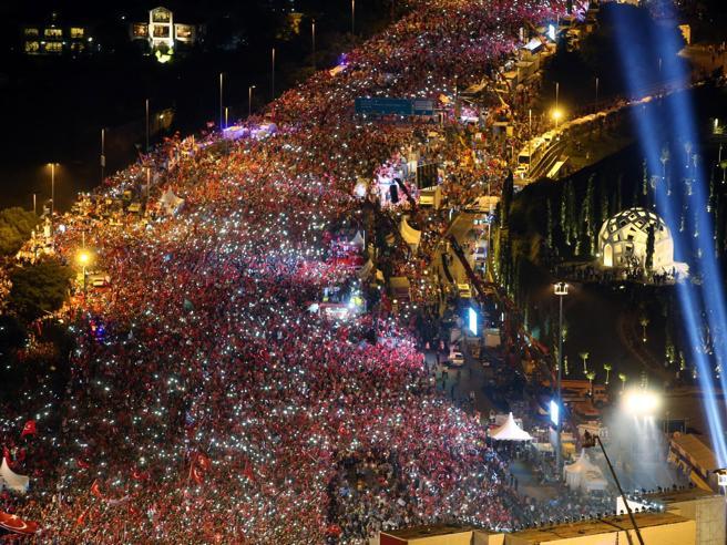 Turchia in piazza a un anno dal golpe fotoErdogan: «Taglieremo  testa ai traditori»