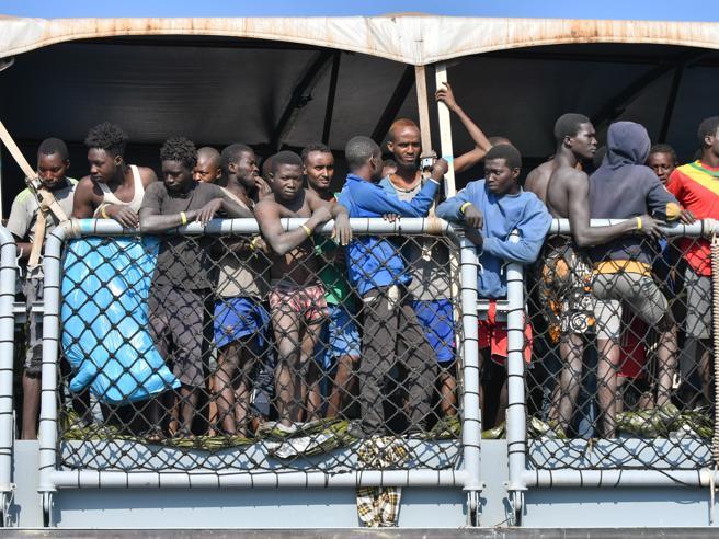 Migranti, 1500 in arrivo tra Calabria e Sicilia. A Messina scoppia la protesta