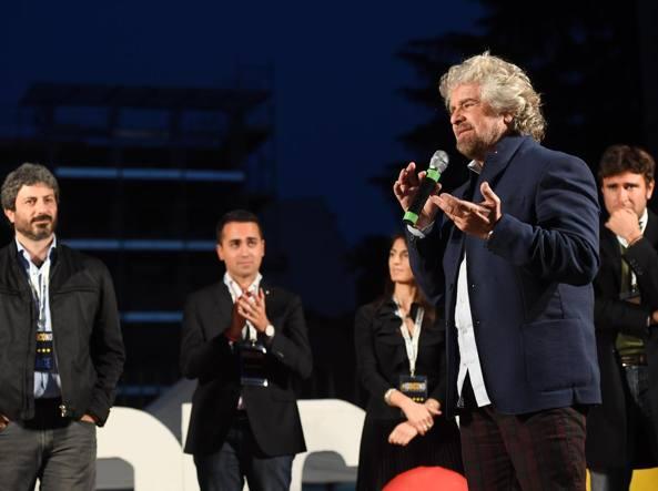 Beppe Grillo sul palco con Robeto Fico, Luigi Di Maio e Alessandro Di Battista (Ansa)