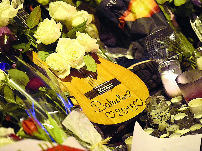 Una chitarra tra i fiori lasciati davanti al Bataclan di Parigi dopo la strage del 13 novembre 2015 (Afp/ Franck Fife)