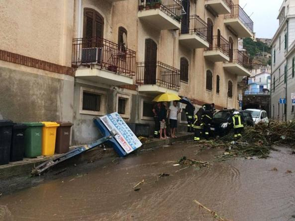 Violento nubifragio a Reggio Calabria, frana a Scilla: chiusa la SS 18