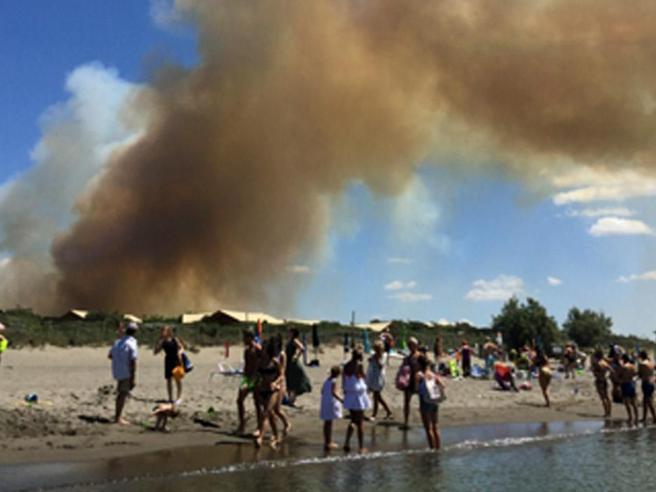 Incendio a Capalbio, evacuati un campeggio e lo stabilimento dei vip