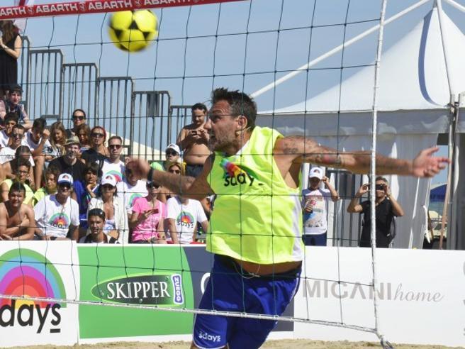 «Bobo Summer Cup 2017», Vieri e gli amici vip giocano a foot volley sulla sabbia per beneficenza