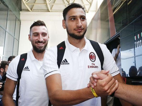 Fratelli Gigio e  Antonio Donnarumma  all'aeroporto di Malpensa, prima della tournée in Cina (LaPresse/Spada)