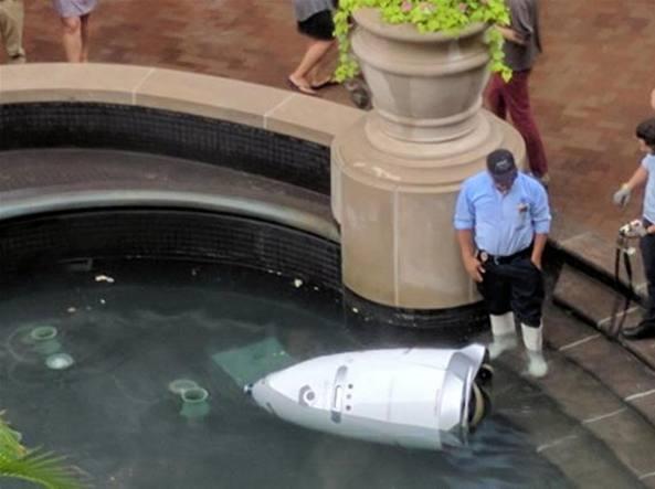Il robot finito nel laghetto del centro commerciale