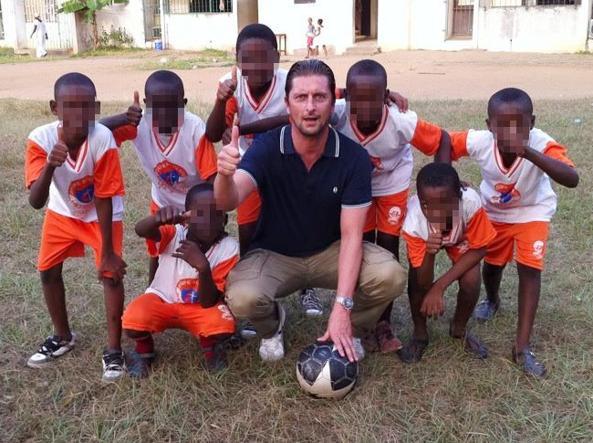 Il presidente del Prato Paolo Toccafondi con alcuni giovani calciatori in Africa (foto Facebook)