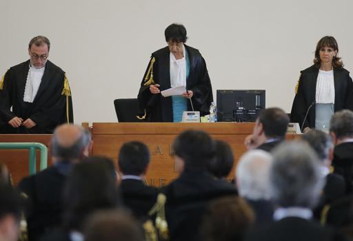 I giudici in aula leggono la sentenza (Lapresse)
