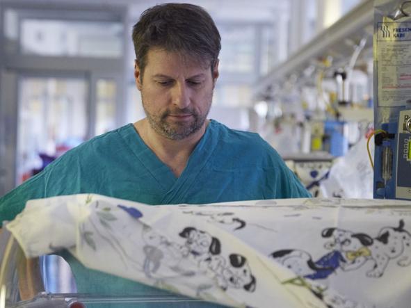 L'osteopata Andrea Manzotti nella Neonatologia dell'ospedale Buzzi di Milano