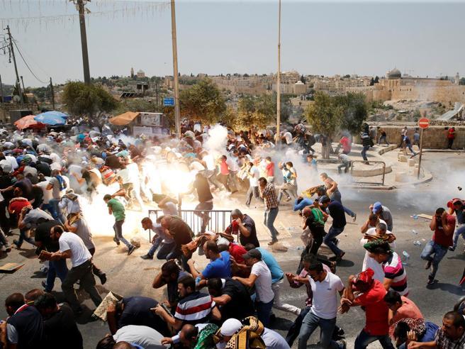 La preghiera di protestasi trasforma in battagliaAgguato in una colonia