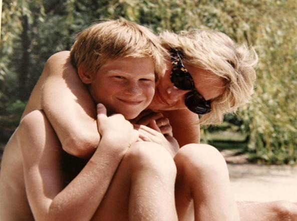 Lady Diana: nuove foto inedite e l'ultima telefonata con Harry e William