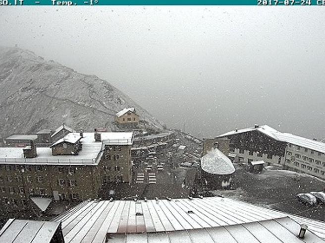 Temporali al Nord, neve al passo  Stelvio. Giù le  temperature MeteoCaorle, fuga dalla spiaggia  Video