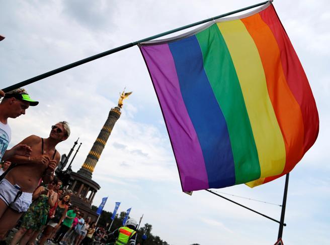 È legale che un hotel si rifiuti di ospitare una persona perché gay?