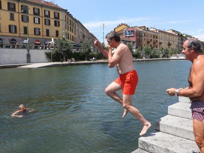 Milano, il tuffo dei  consiglieri:«Darsena balneabile» Video|Foto