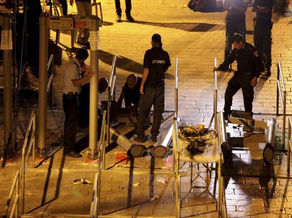 La Polizia di Israele comincia a smantellare i metal detector all'ingresso della Spianata delle Moschee (AP Photo/Mahmoud Illean)